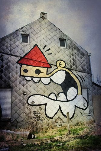 kbtr kabouter, als je begrijpt wat ik bedoel  gnm gnome, if you know what I mean  Doel is threatened with complete demolition due to the future enlargement of the harbor of Antwerp. Many people had to sell their homes to the development corporation o #kbtr - More streetart @ www.Streetart.nl