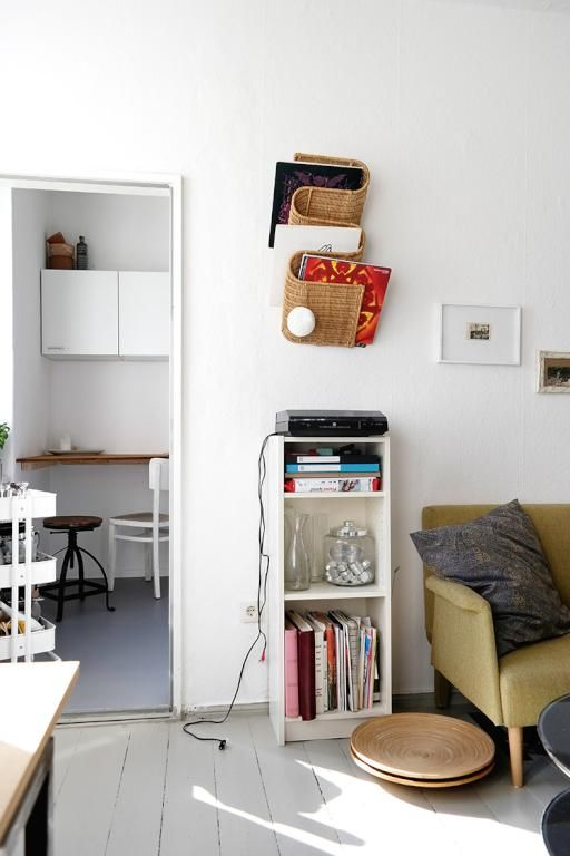 Schöne und stilvolle Wohnzimmereinrichtung mit kleinem Regal und