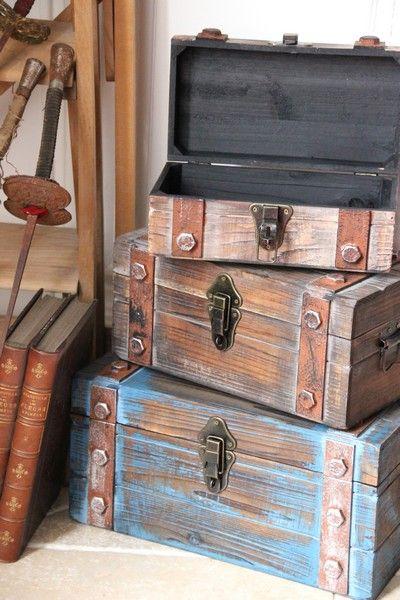Une Jolie Collection De Malles Gigogne En Bois Vieilli Appreciez Le Cote Antique De Ces Coffres Valise En Bois Coffre En Bois Peinture Meuble Bois