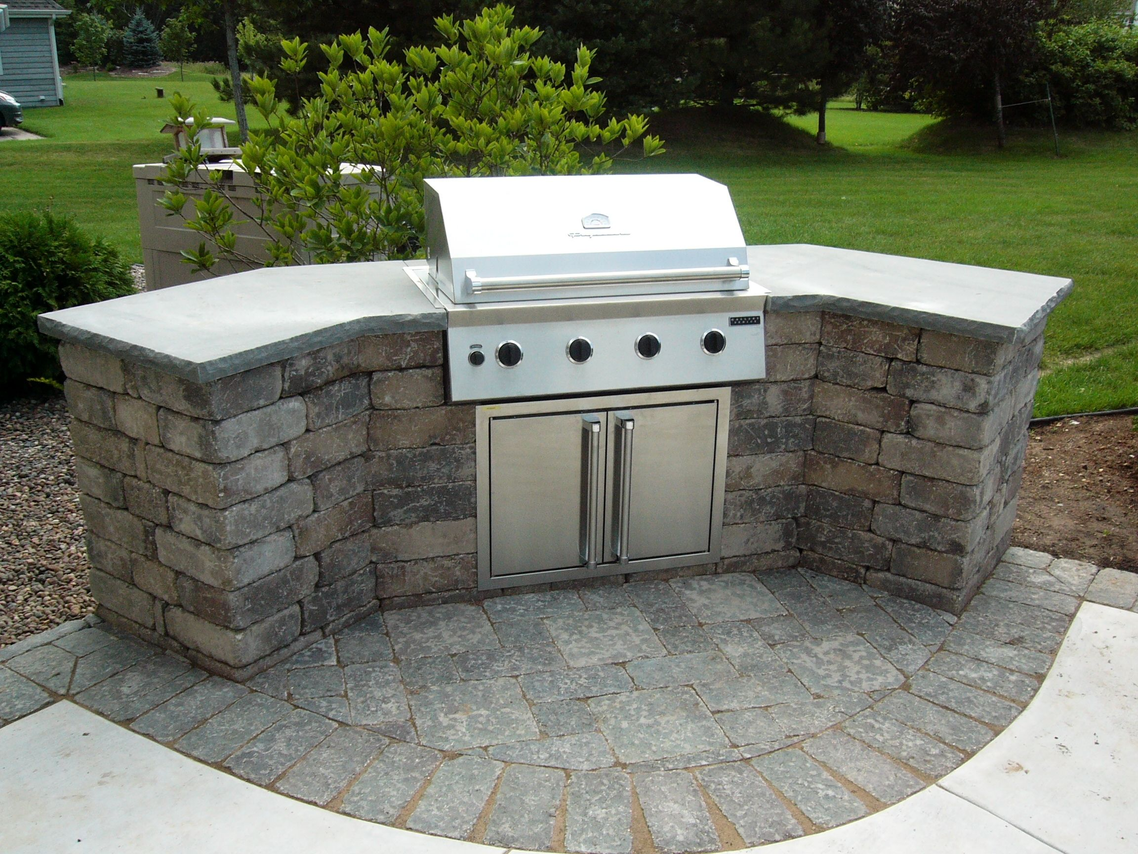 Gas Grill Built Into Old Quarry Sierra Concrete Block Wall With Bluestone Countertop Simple Outdoor Kitchen Small Outdoor Kitchens Outdoor Kitchen Island