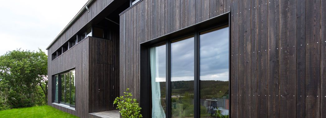 Moderner holzbau satteldach  Russ Moderner Holzbau - Holzfassade | Holzfassade schwarz ...