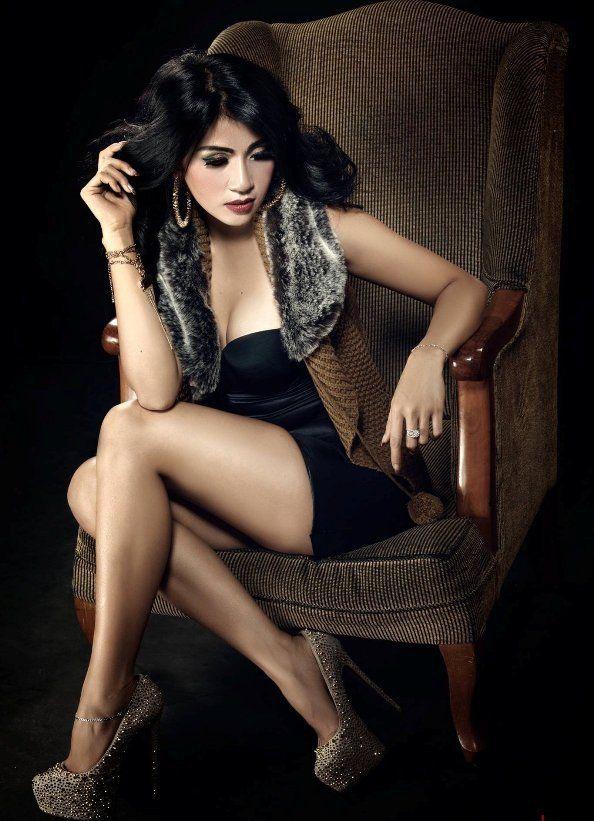 Ayunia Elfahrez Model Hot Bergaya Sexy Sampai Topless