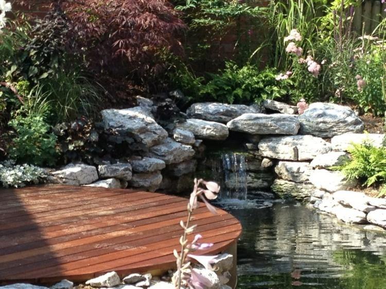 gartenteich mit bachlauf im kleingarten anlegen hager. Black Bedroom Furniture Sets. Home Design Ideas