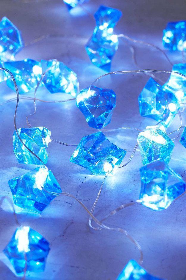 Funkelnlichter umhüllt von blauen Kristallen. | 36 wahnsinnig tolle Sachen unter 40 $ ... #blueaesthetic