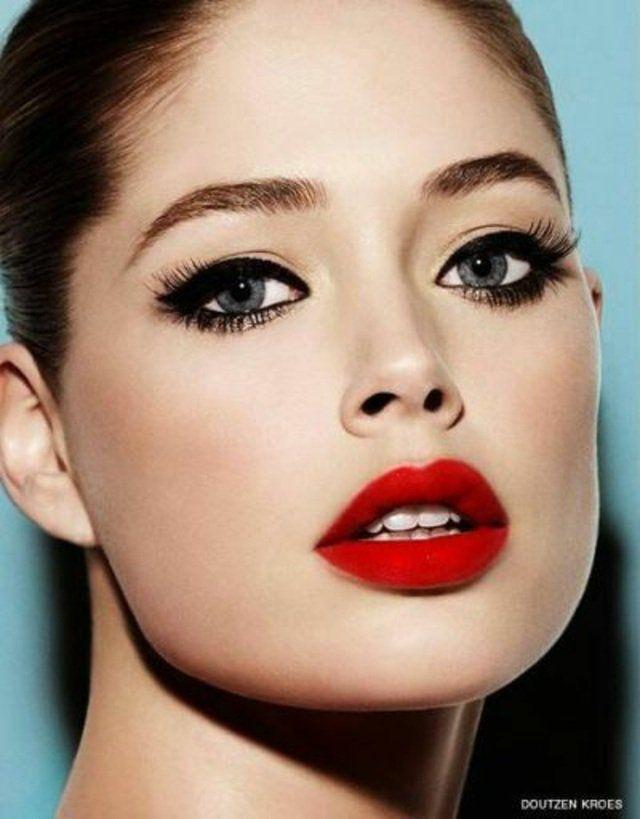 Maquillage robe noire yeux bleus