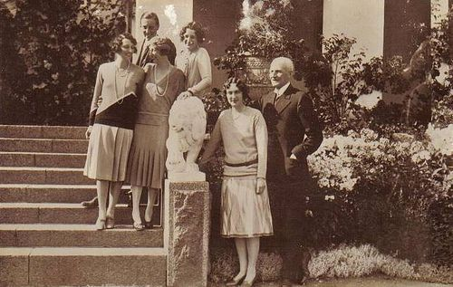 Prince Carl of Sweden, Duke of Västergötland, with his family. L to R: Märtha (later Crown Princess of Norway), Mulle (Prince Carl Bernadotte, formerly the Duke of Östergötland), Ingeborg (wife of Carl), Astrid (Queen of Belgium), Margareta (Princess Axel of Denmark), and Carl