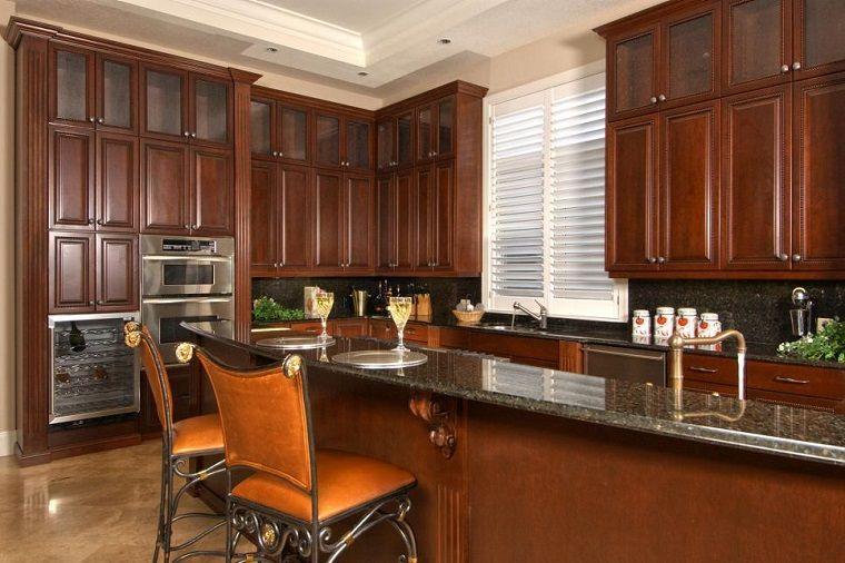 Armarios de madera al estilo clasico en la cocina peque a for Estilos de cocinas pequenas