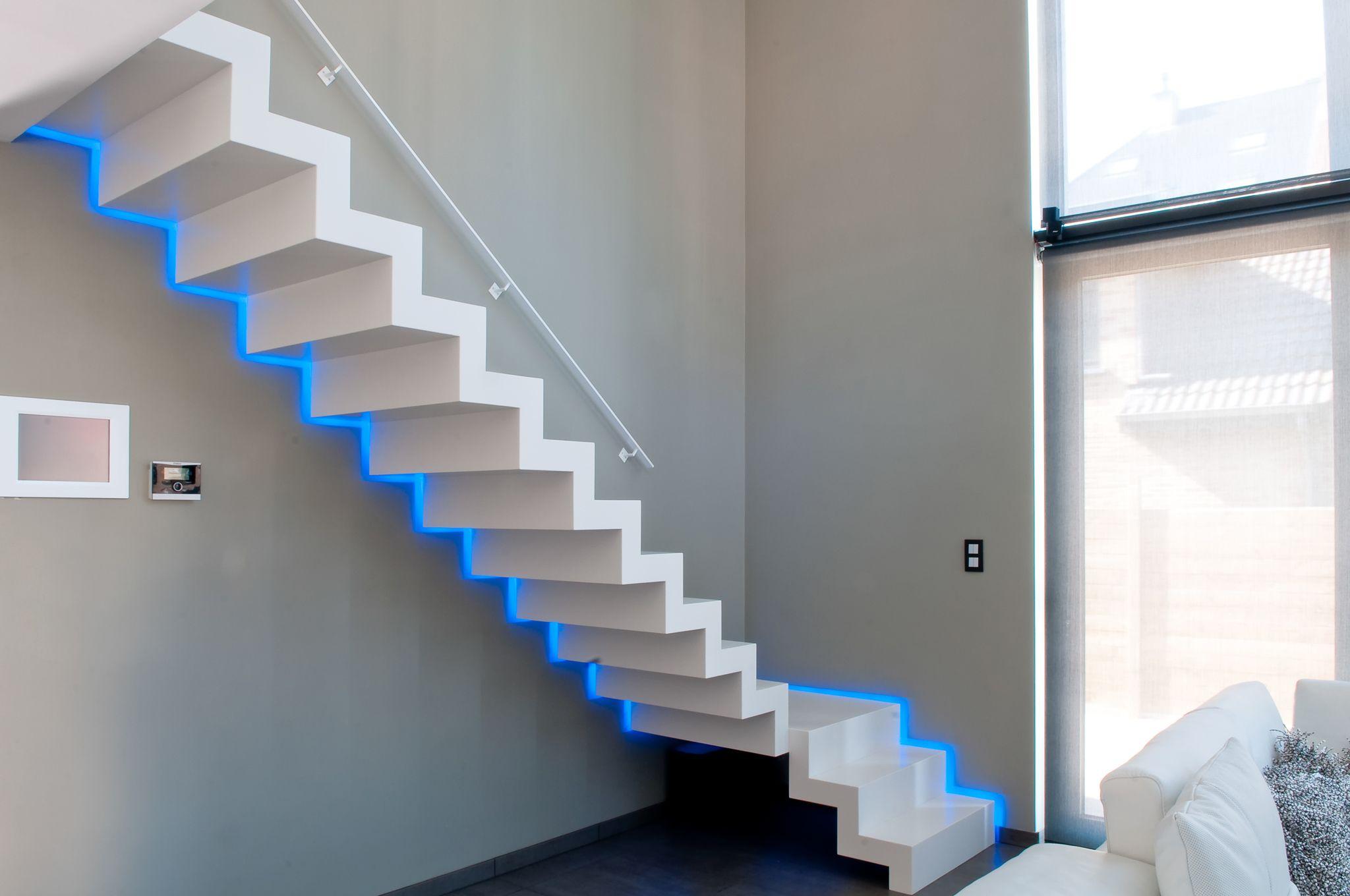Corian bloktrap met led verlichting langs de muur. | stairs ...