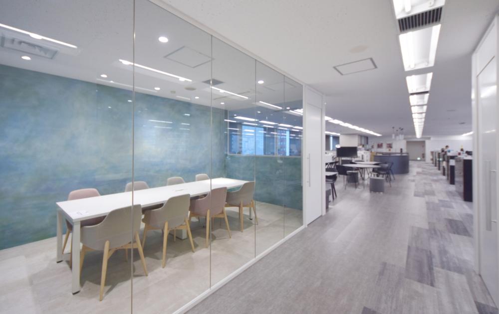 オフィスデザイン実績 アートな会議室とシックなワークスペースが対照的 社員としての誇りを持てるオフィス 会議室 オフィスデザイン ワークスペース
