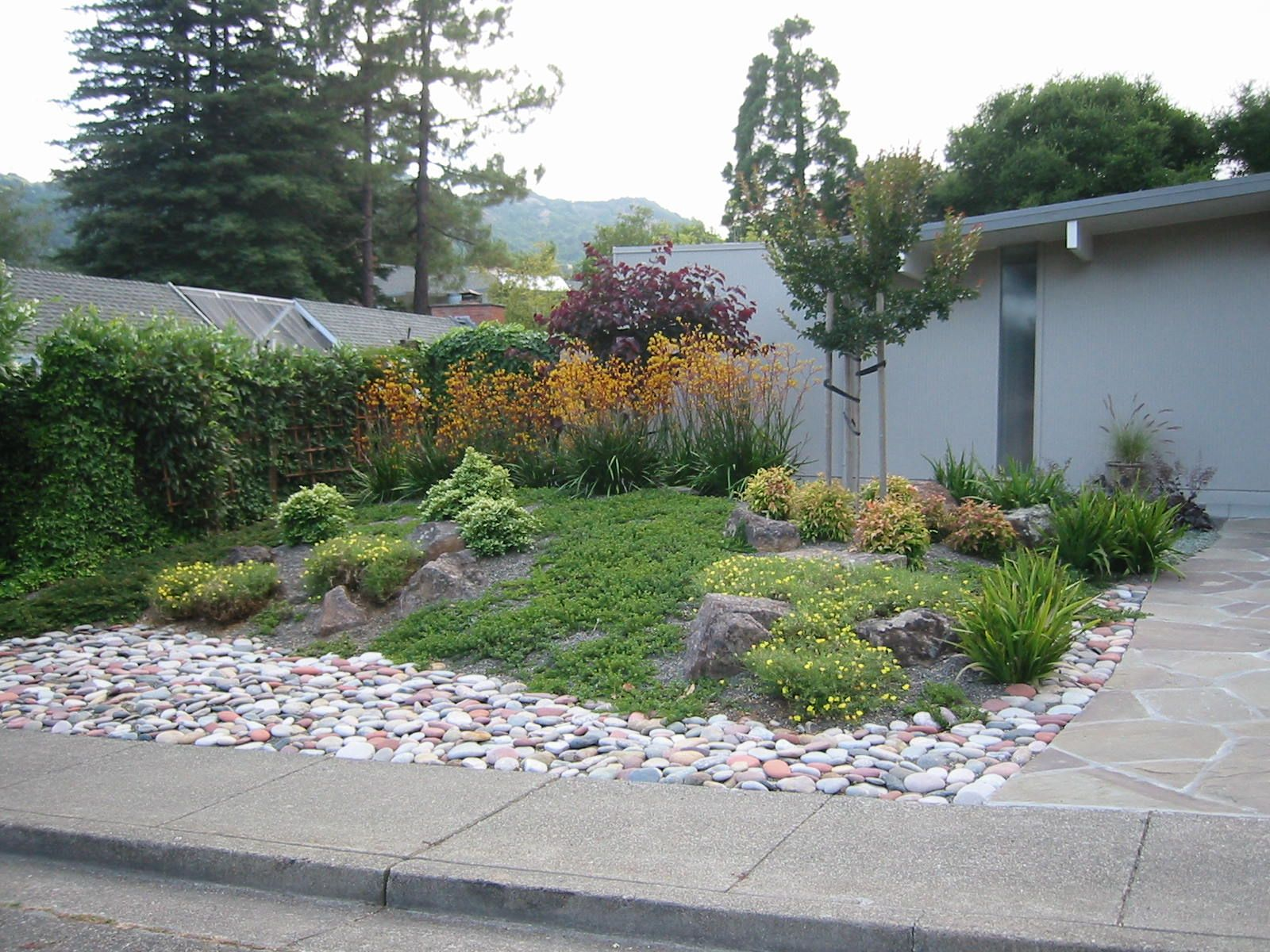 Curved beds with grass rocks mulch google search for Front yard planting beds