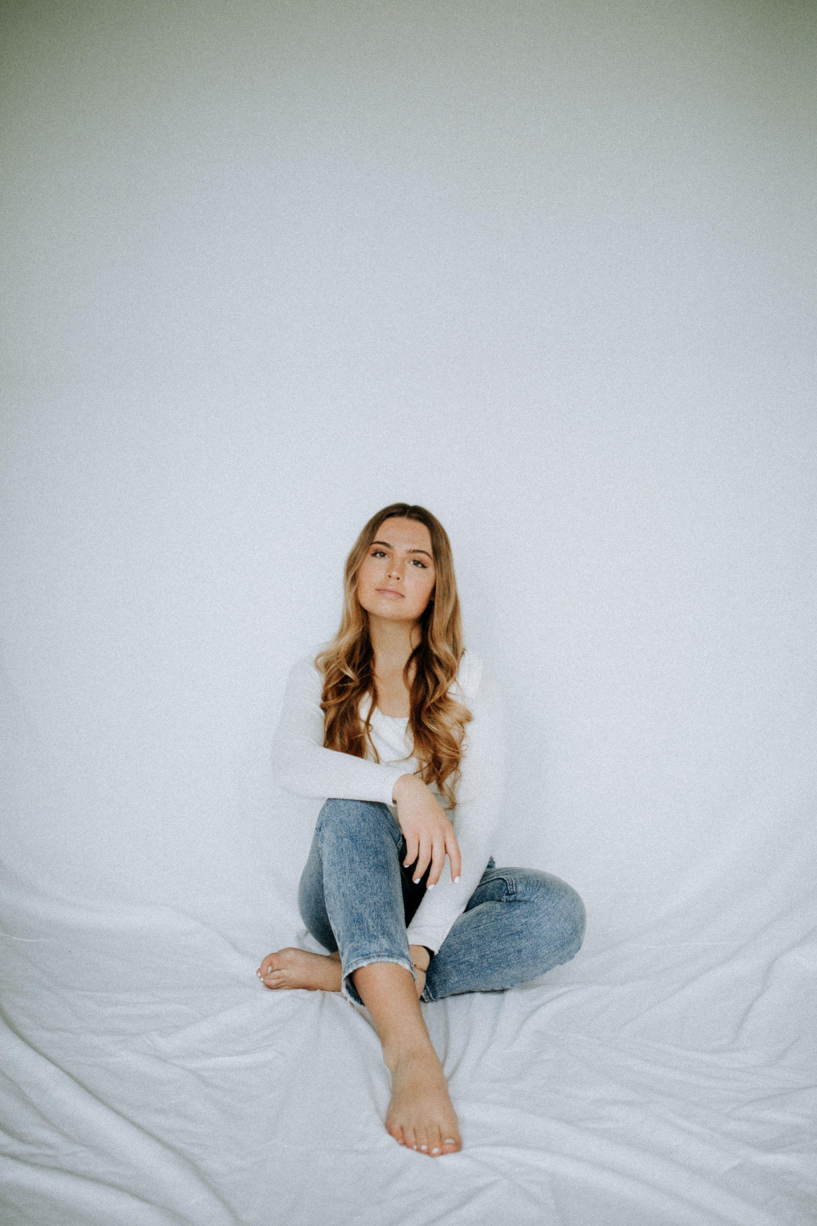 #studiophotography #girlstudiophotography #naturallightportrait #naturallightstudio #seniorportraits #seniorphotography #seniorpictures #studiophotoshoot #photoshootoutfit #studiophotographytips