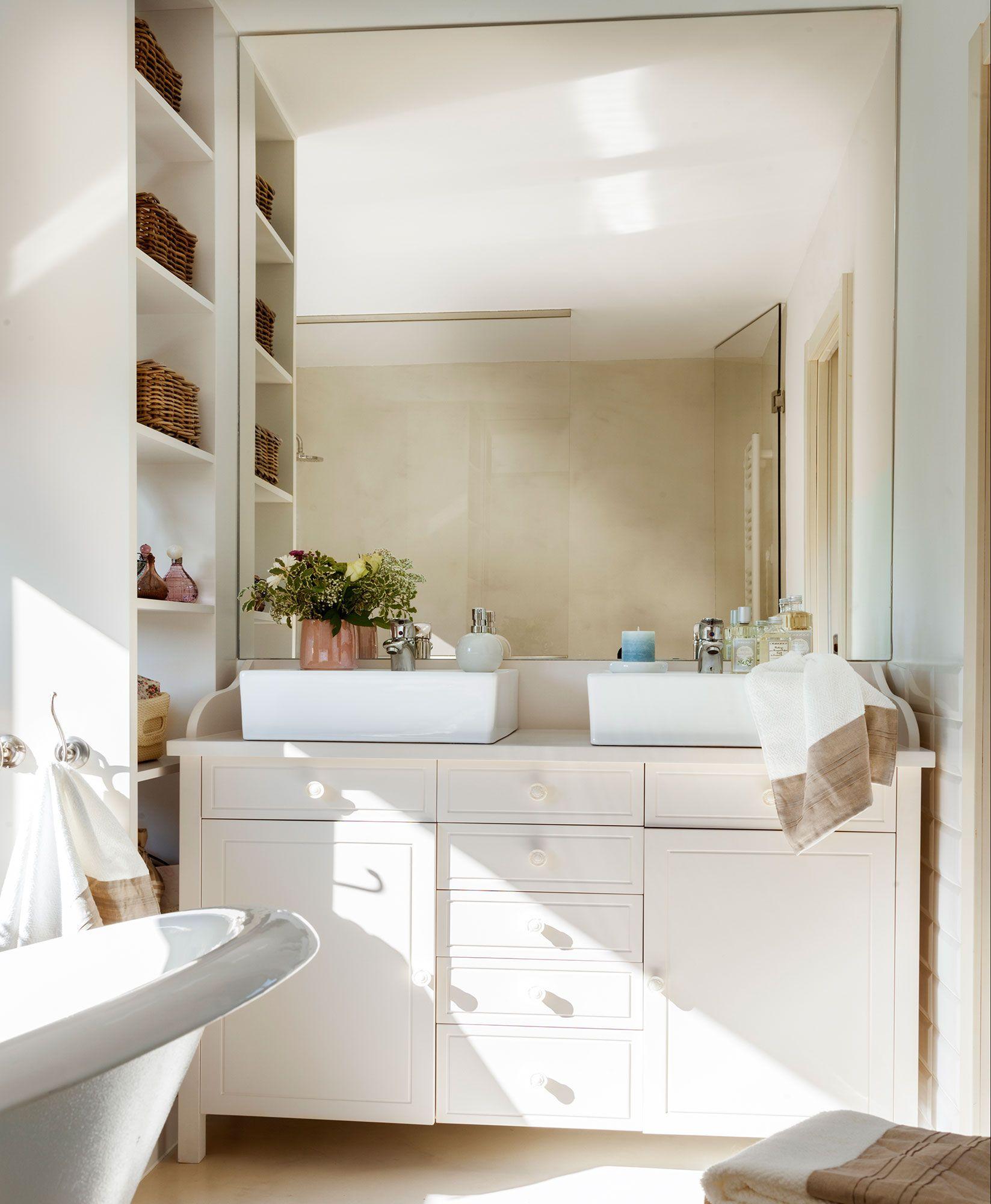 Un espejo xl ba os ba os muebles para ba os modernos for Lavabos pequenos con mueble