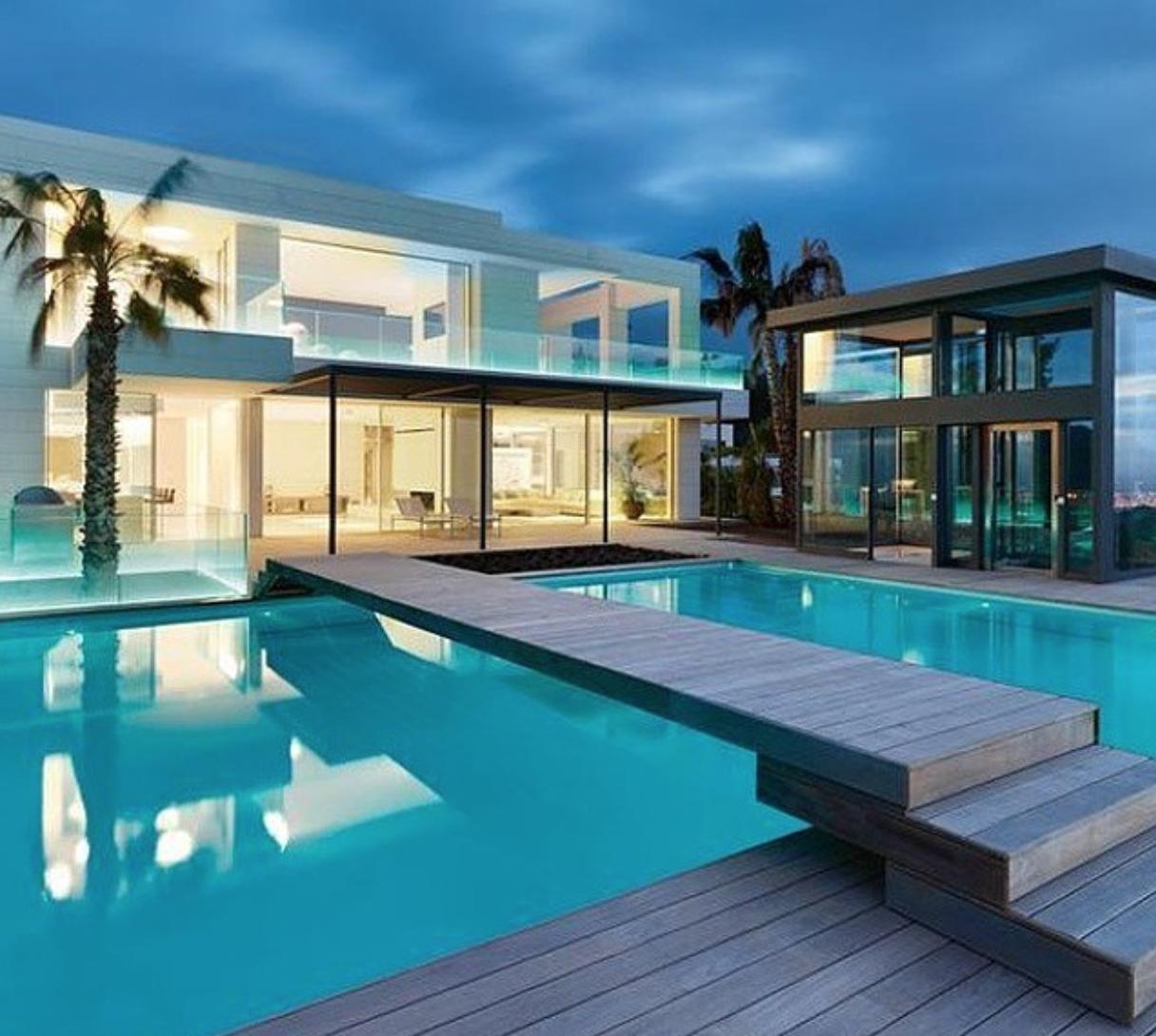 maison contemporaine de luxe qui change de couleur | changer de