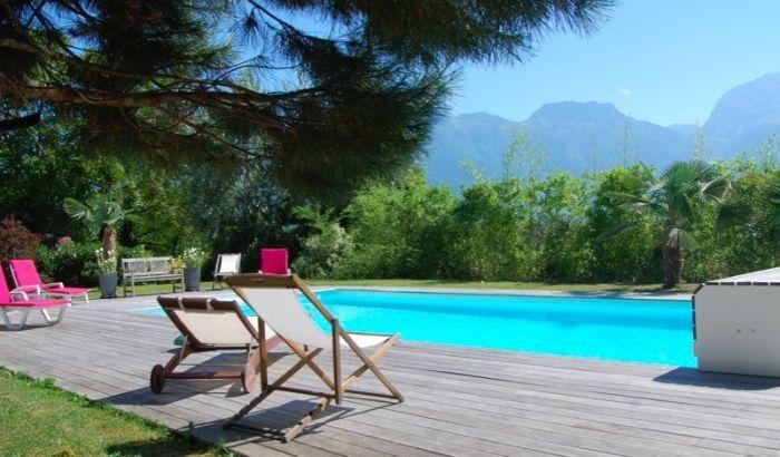 Spacieuse terrasse en bois am nag e avec piscine saint - Location maison avec piscine annecy ...