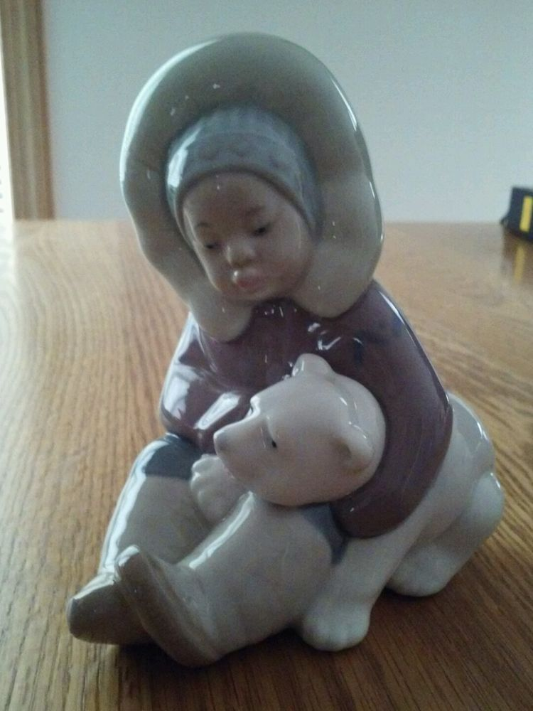 LLadro Eskimo Figurine With A Polar Bear Cub