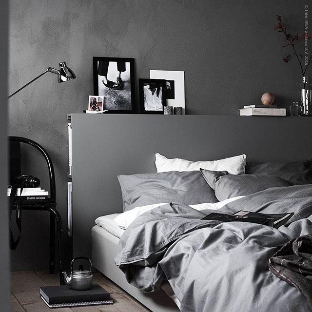 Oj, vad vi älskar att få känna oss händiga – särskilt när resultatet ser ut att vara platsbyggt! Som den här fina sänggaveln med förvaring, lätt fixad med hjälp av tavelhyllorna #MOSSLANDA. Instruktioner finns på bloggen IKEA.se/livethemma