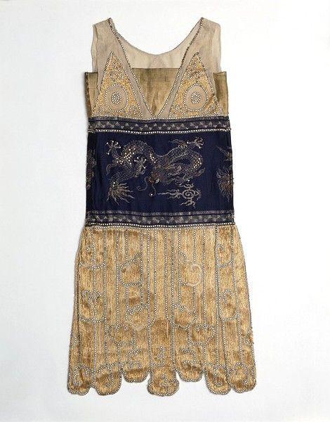 Večerné šaty, vyrobené v Paríži, 1925 Designed by Madame Paquin vyšívané a korálkové hodváb zobrazujúce motívy čínskych drakov.  Zdvorilosť V & amp; Museum, UK