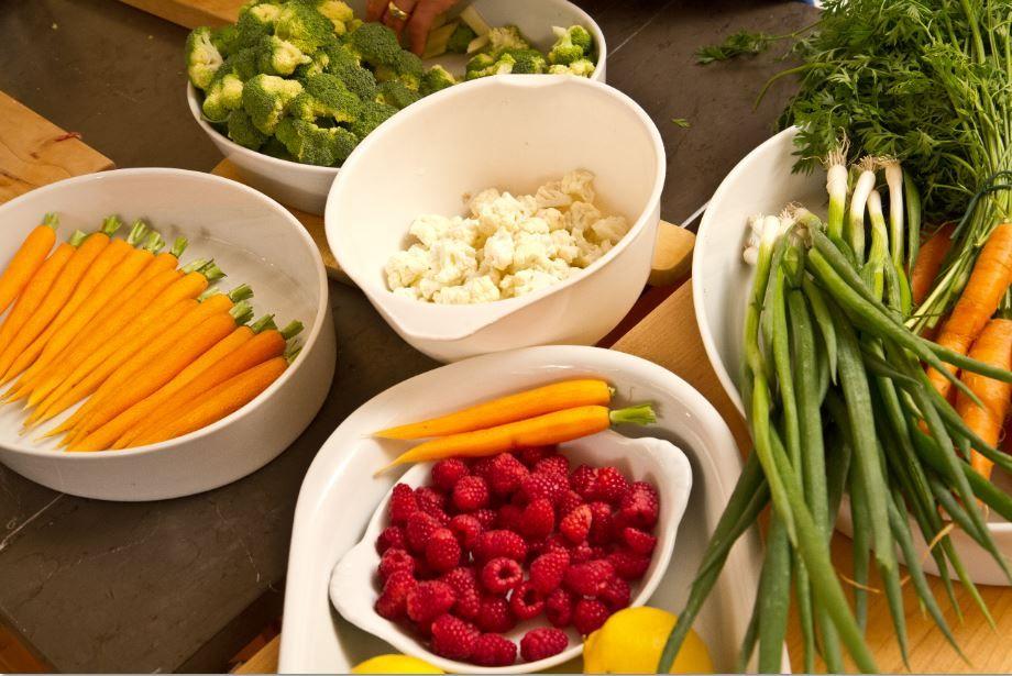 Die Kochkurse in der Villa Martha Kochschule vermitteln den Teilnehmern auch über die Basics wie Schneidetechniken und Garstufen. www.villa-martha.de