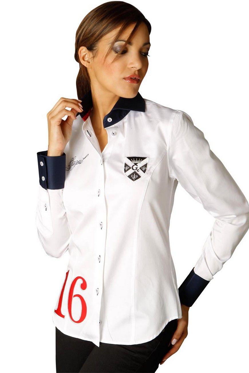 Cette chemise femme manches longues blanche décorée de broderies et d'un  écusson stylés sont