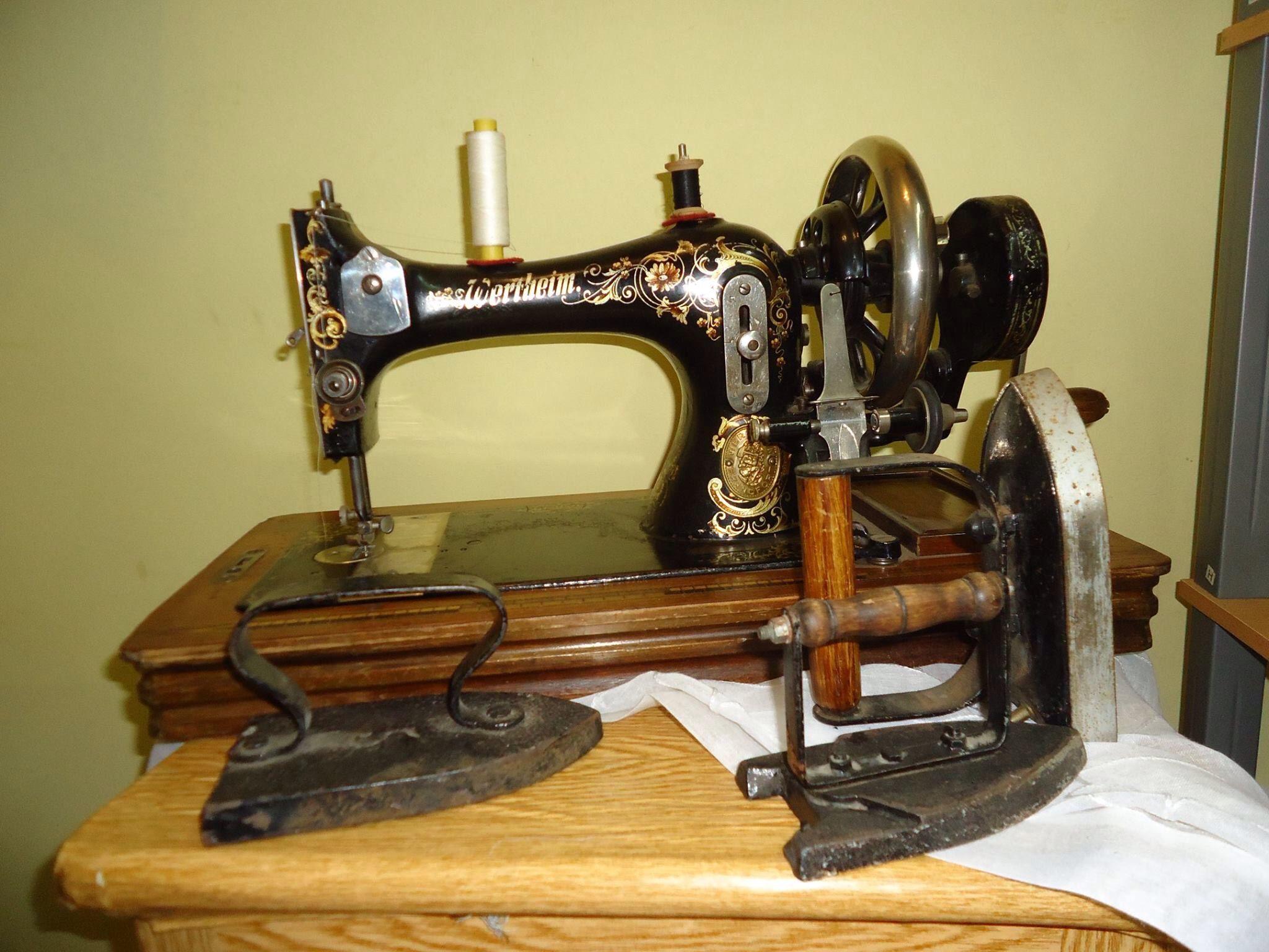 Máquina de Costura e ferros antigos. Pertenceram à avó de uma amiga.