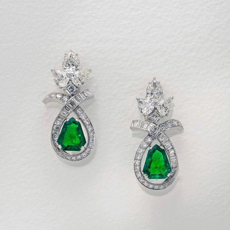 istana_jewellersEarrings in Emeralds and diamonds from Chatila #Chatila #Istana #Istanajewellers #emeralds #diamonds #luxurylifestyle #highjewelry #highjewellery #jewelleryaddict #preciousjewelry #raregems #finejewelry #thedubaimall #istanadubaimall #fourseasonsdubai