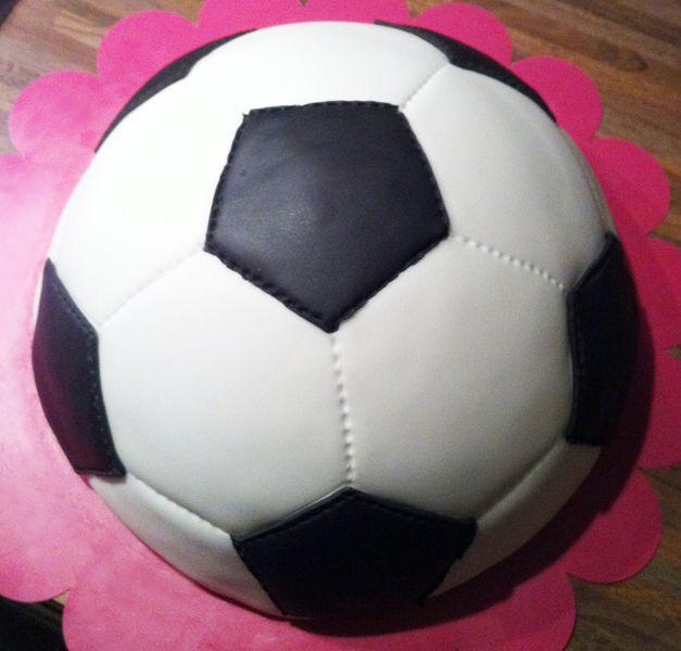 New How-to voetbal cake met sjabloon voor witte en zwarte vlakken op #VF22