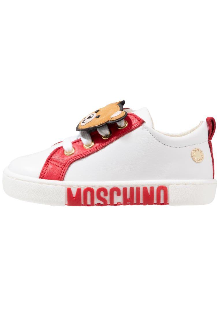 ¡Consigue este tipo de zapatillas básicas de Moschino ahora! Haz clic para ver los detalles. Envíos gratis a toda España. MOSCHINO Zapatillas white: MOSCHINO Zapatillas white Zapatos   | Material exterior: piel de ternera, Material interior: piel, Suela: fibra sintética, Plantilla: cuero | Zapatos ¡Haz tu pedido   y disfruta de gastos de enví-o gratuitos! (zapatillas básicas, basic, basico, basica, básico, basicos, casual, clasica, clasicas, clásicas, clásica, básicos, classic, b�...