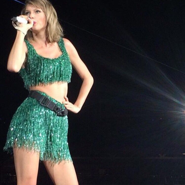 "Taylor Swift singing ""Shake It Off"" at the 1989 tour in DC 7/14/15"