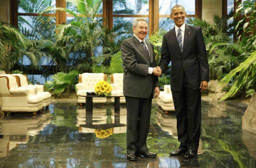 Obama e il presidente cubano Raul Castro si stringono la mano a L'Avana (Reuters)