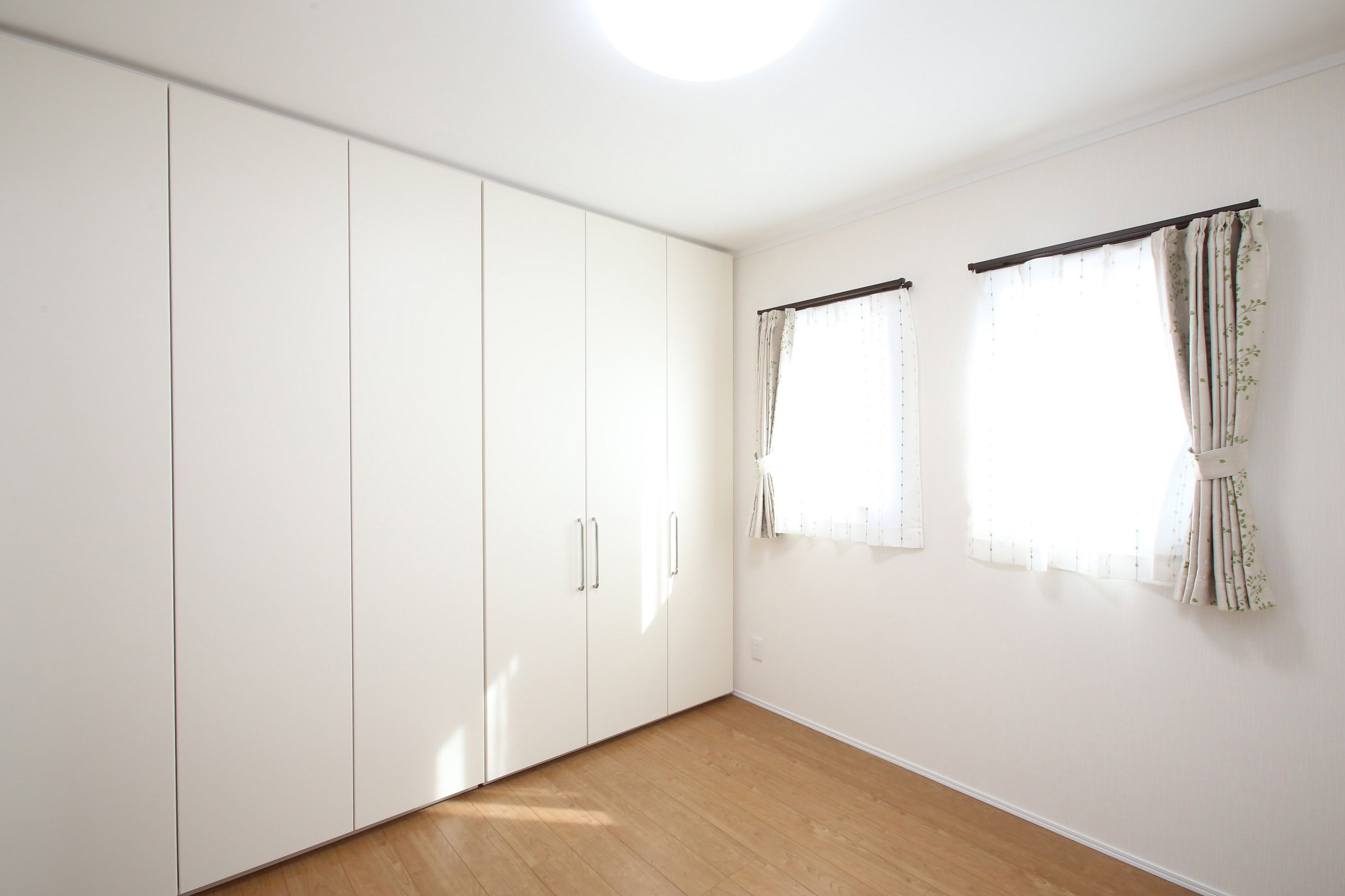 2部屋の間を可動式の収納棚で仕切った子ども部屋 子ども部屋 部屋 内装