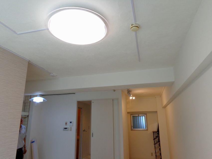 賃貸マンション リビング天井を白の漆喰でリフォーム リビング