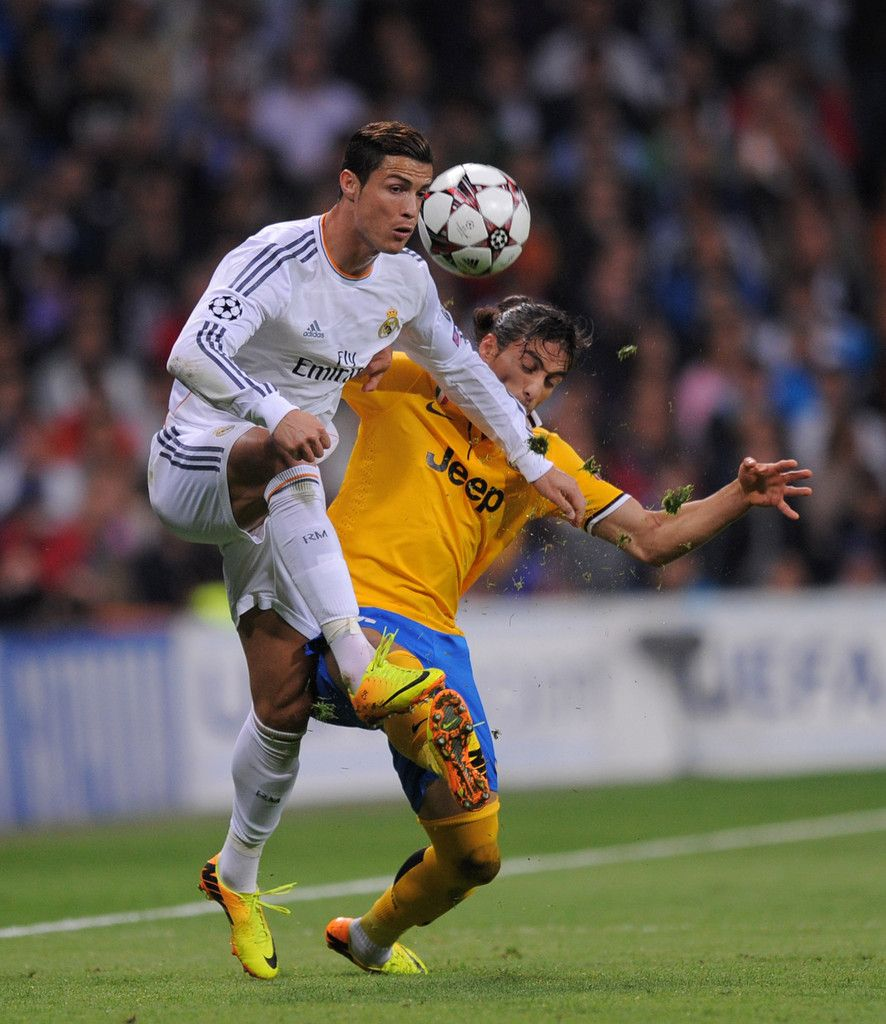 Cristiano Ronaldo fights for the ball against Martín