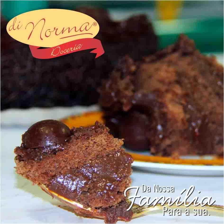 Bolo Petit Brigadeiro (Aro18): Bolo fofinho de chocolate, recheado e coberto com puro brigadeiro com confeitos de chocolate ao leite. #love #DiNorma #curta #siga e #compartilhe