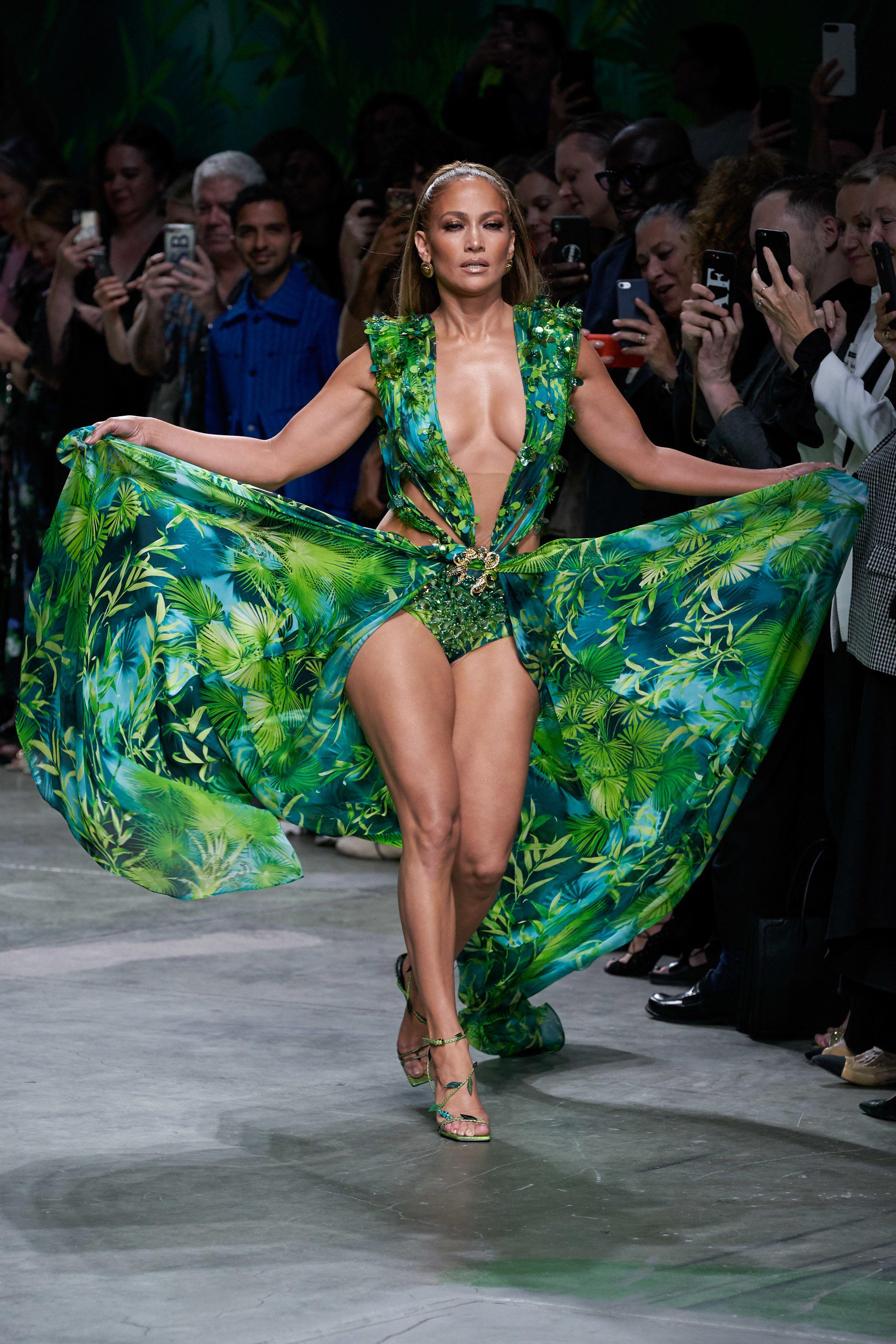 Versace Spring 2020 Ready To Wear Fashion Show Collection See The Complete Versace Spring 2020 Ready To Wear Collec Fashion Jennifer Lopez Bikini Fashion Show [ 4098 x 2732 Pixel ]