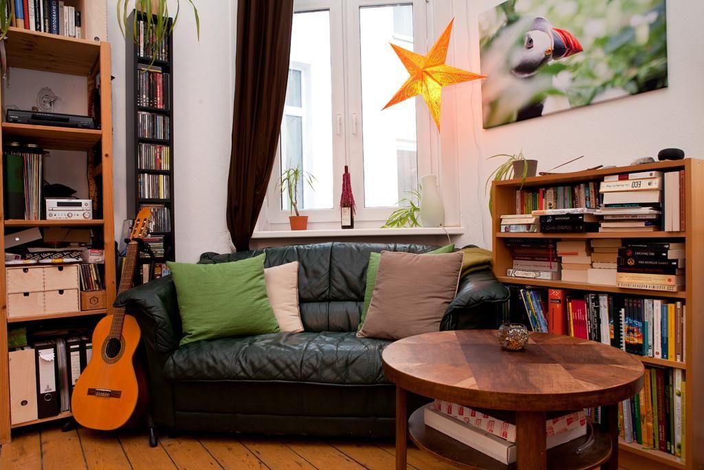 Gemütlicher Wohnbereich mit einer Leseecke neben dem