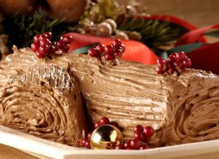 """A cobertura é de creme, feito com leite condensado e chocolate. Além de deliciosa, essa receita de <a href=""""/culinaria/receitas/tronco-natal-405489.shtml"""" target=""""_blank""""> tronco de Natal</a>  é muito bonita. Boa pedida para a noite de ceia"""