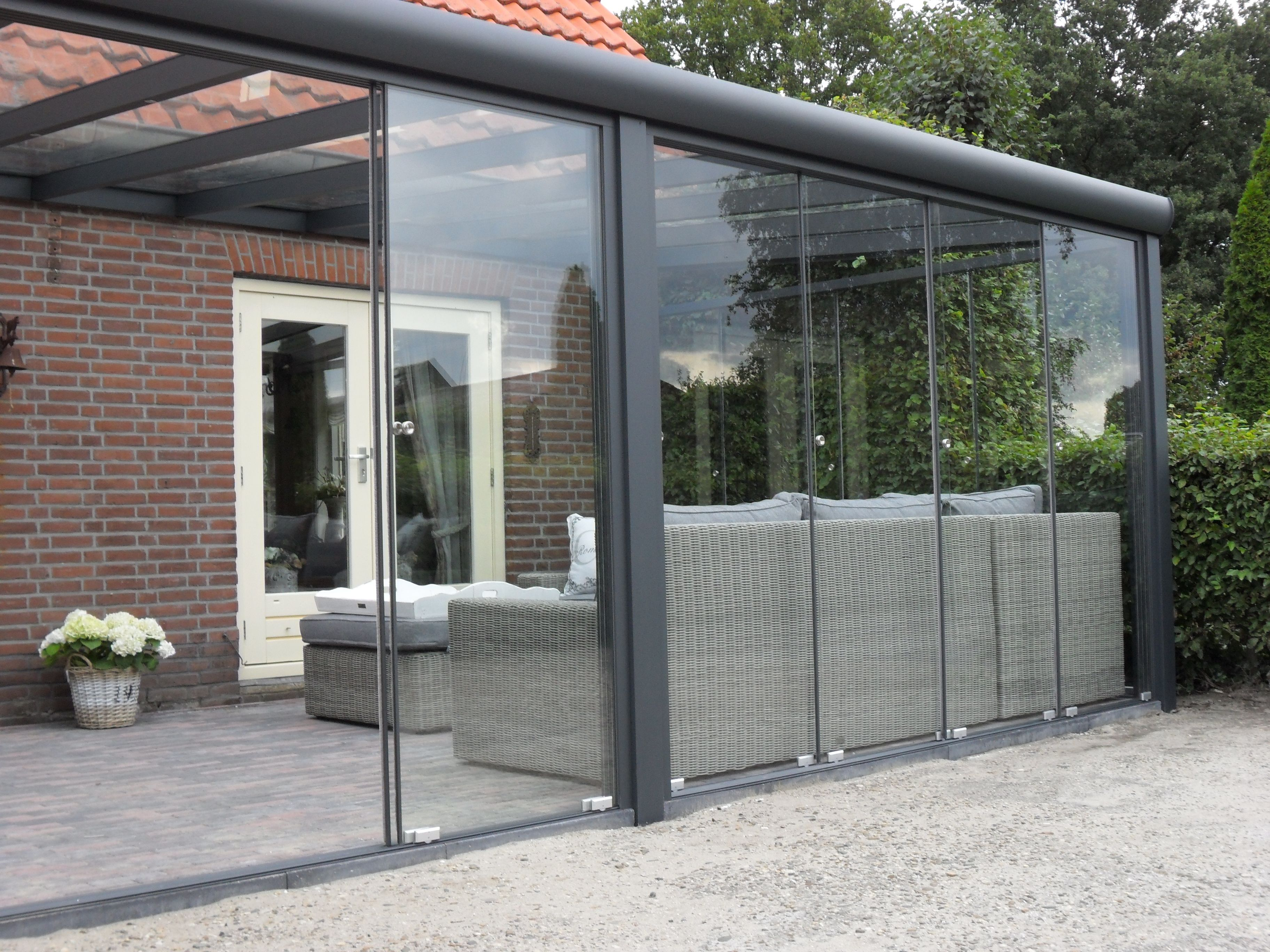 Aluminium terrasoverkapping veranda met glasschuifwandsysteem - Overdekt terras in aluminium ...