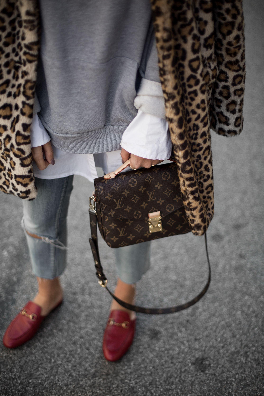 Sandra Ebert von black palms trägt Leo Mantel, Gucci Princetown Slipper und Louis Vuitton Pochette Métis Streetstyle