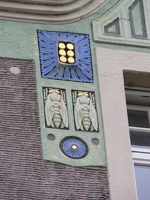 4-6 Gedonstrasse - Detail bees and flowers