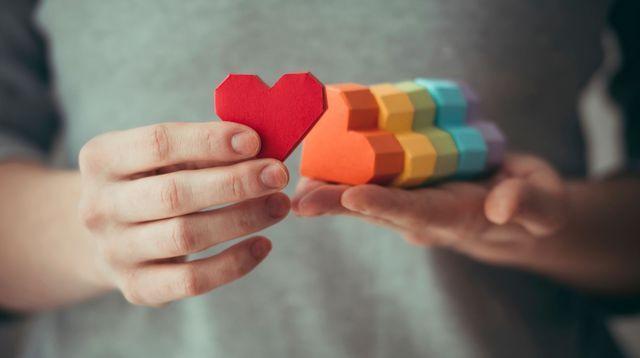 GAY : Comment gérer son coming-out ? Par Caroline Franc Desages,  S'il paraît plus facile de s'assumer homosexuel en 2015 qu'il y a vingt, trente ou quarante ans, cela ne relève pour autant pas de l'évidence.
