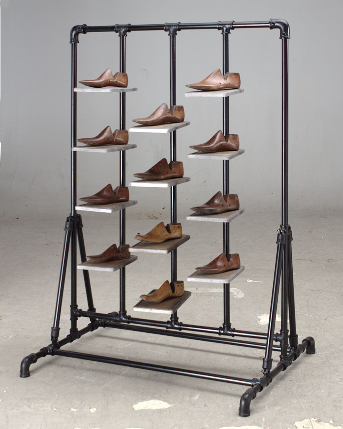91b38721a55e3 Our ATFUVF779 shoe display stand in scaffold steel and wood shelves ...