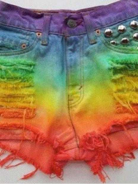 shorts colorido  com taxas cortado e desfiado tingido com alternativas cores esse e lindo e possivel fazer isso com aquela calça velha q vc tem no armario.....s2