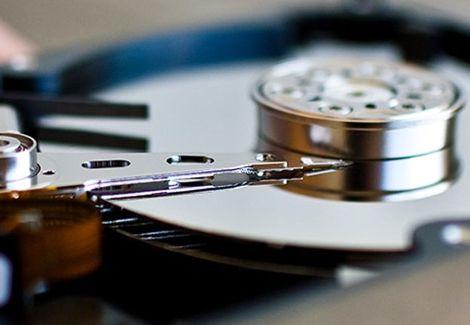 Das Unternehmen Seagate hat publiziert, das man einen Meilenstein im Bereich der Festplatten Speicherkapazität gesetzt habe. Der Hersteller gibt an, dass man eine Datendichte erreicht habe, die bei 1 Terabit je Quadratzoll liege. Ermöglicht wurde dies, durch die Verwendung der neu entwickelten Aufzeichnungstechnologie HAMR (Heat-Assisted Magnetic Recording). So kann die maximale Kapazität von 3,5 Zoll Harddisks dann zukünftig auf 30 bis 60 Terabyte steigen. |