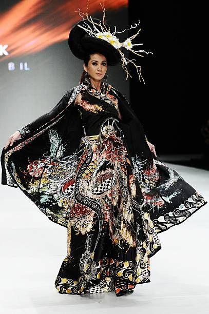 Malli esittelee malleja Gee batiikkiväri kiitotiellä I Love Jogja Bali näytä aikana Indonesiassa muotiviikolla 2014 päivä 1 Jakarta Convention ...
