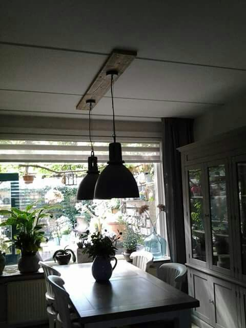 Lampen met een steigerhouten plank tussen lamp en plafond.   Thuis ...