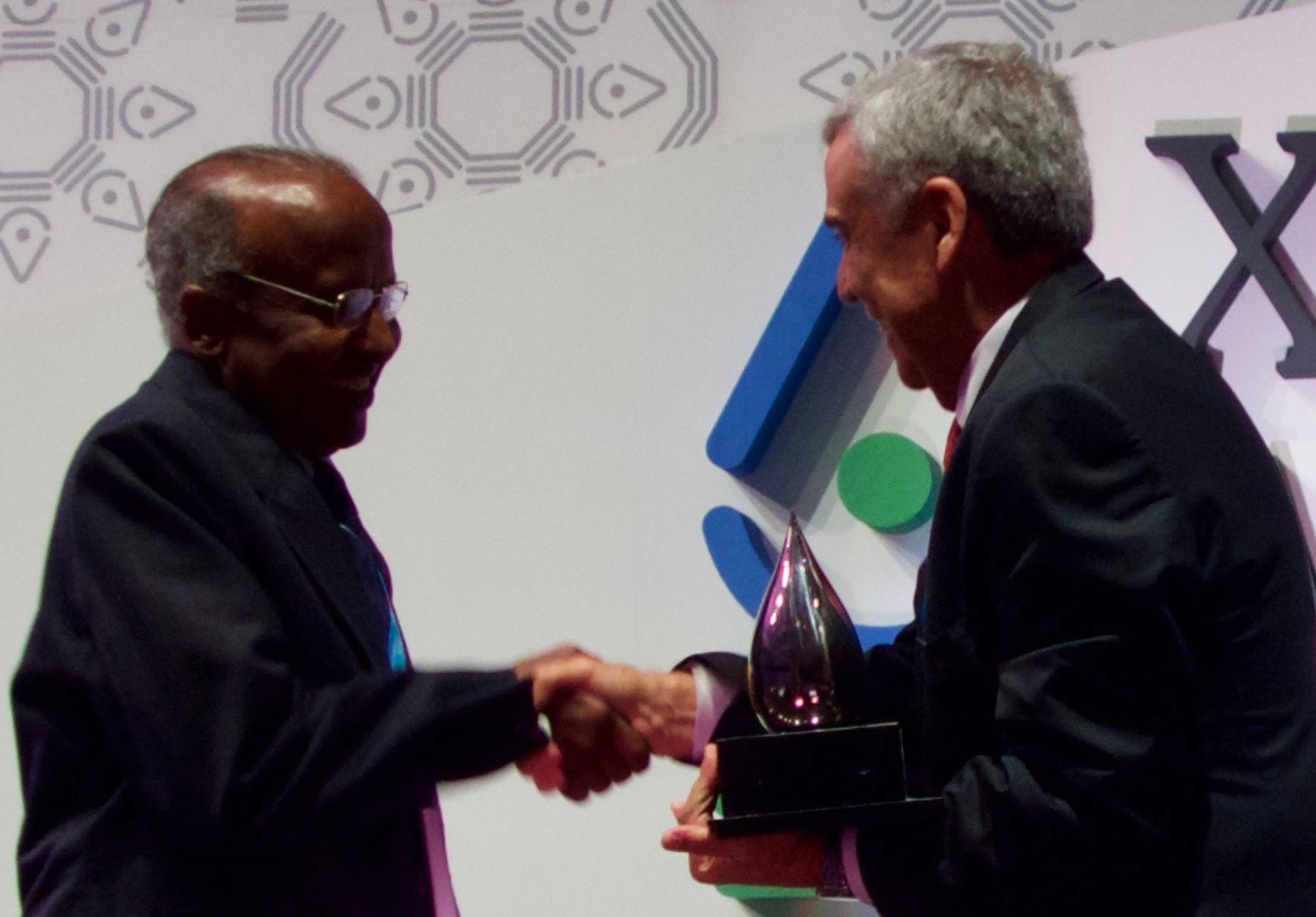 الجمعية الدولية لمصادر المياه تُكرِّم د. سلمان بمنحه جائزة قطرة الكريستال