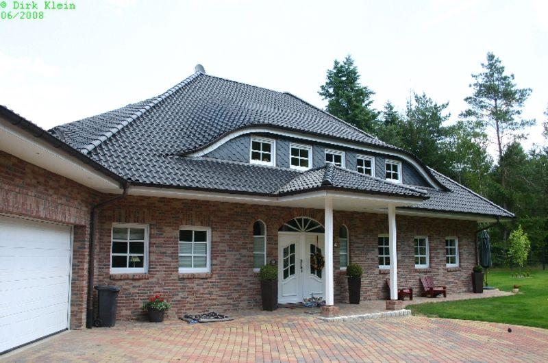 Haus Mit Steinfassade schwarze steildacheindeckung auf schönem haus mit fledermaus gaube