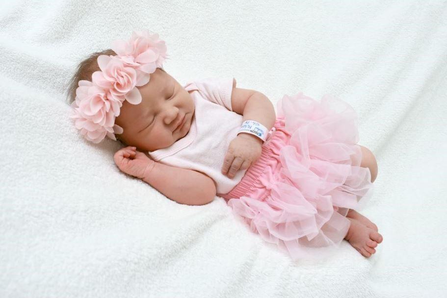 أفكار وطرق تغليف هدايا مواليد وتزيينها بأفضل شكل Wishes For Baby New Baby Products Baby Posters