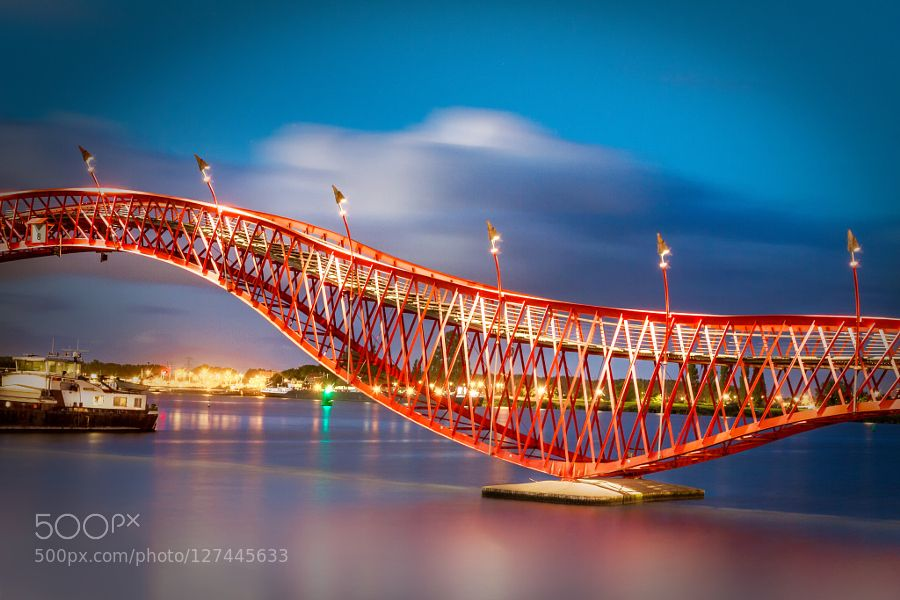 #bridgecityscapelightlong exposuremetal bridgemodern citynightnight photographynightscapered bridgeBorneo island amsterdamliving by the water #Storm_NL (November 2 2015 at 10:48PM) The python bridge Amsterdam.
