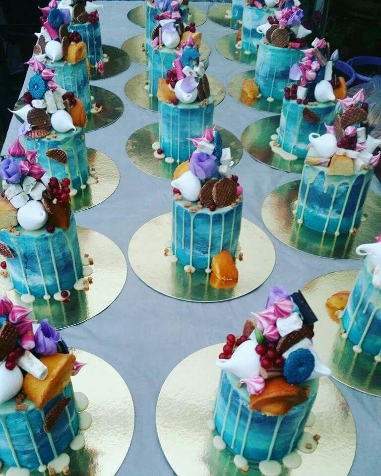 Heerlijke fantasie taartjes met meringue stroopwafels kaneelstokjes vers fruit en caramel
